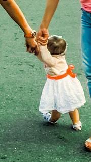 家族,屋外,親子,女の子,人物,人,赤ちゃん,未来,地面,夢,第一歩,10ヶ月,将来,可能性