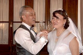 男とワインのグラスの横に立っている女性の写真・画像素材[1585209]
