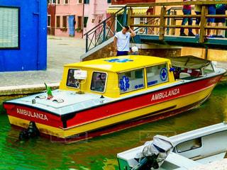 建物の上に座っている黄色のボートの写真・画像素材[1587552]