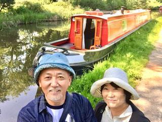 ボートの後ろに乗っている人のグループの写真・画像素材[1587572]