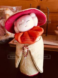 帽子を身に着けている赤いぬいぐるみの写真・画像素材[1591221]