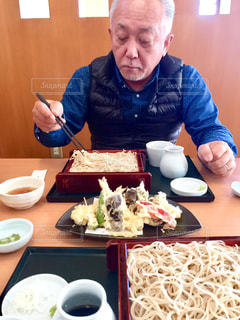 食品のプレートをテーブルに着席した人の写真・画像素材[1640438]