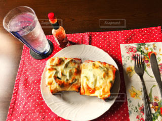 食べ物,食事,ランチ,赤,パン,フォーク,ナイフ,テーブル,ランチョンマット,グラス,ご飯,お昼,スパイス,タバスコ,自宅,お昼ご飯,ソーダ水,ピザトースト