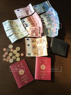 テーブルの上のユーロの写真・画像素材[1654941]