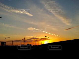 夕焼け空に浮かぶ雲のグループの写真・画像素材[1690698]