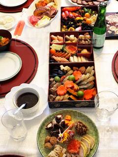 テーブルの上に食べ物のプレートの写真・画像素材[1727128]