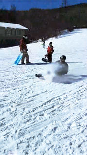 雪に覆われた斜面をスキーに乗っている人のグループの写真・画像素材[1727152]