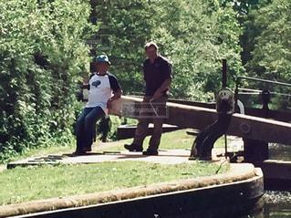 男性,2人,木,緑,晴天,男,樹木,イギリス,60代,水門,複数,40代,ナローボート,ストラットフォードアポンエイボン