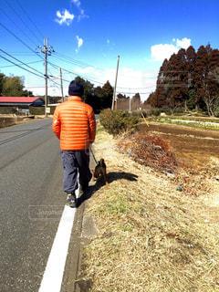 未舗装の道路を歩いて男の写真・画像素材[1749266]