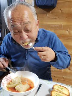 食事のテーブルに座って人の写真・画像素材[1762496]