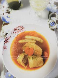 テーブルの上に食べ物のプレートの写真・画像素材[1764443]