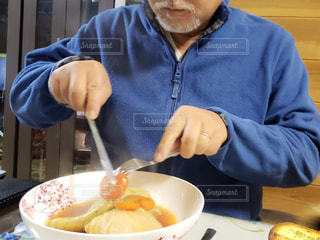 ボウルに食糧を準備する男の写真・画像素材[1771150]