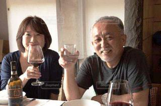 ワイングラスを持つテーブルに着席した人の写真・画像素材[1774229]