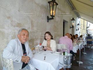 テーブルに座っている人々 のグループの写真・画像素材[1775856]