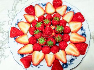 赤,いちご,フルーツ,お皿,自宅,フレッシュ,イチゴ,並べる,飾る,フレッシュフルーツ