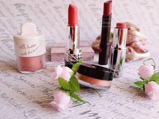 近くにテーブルの上のピンクの花のアップの写真・画像素材[1795978]