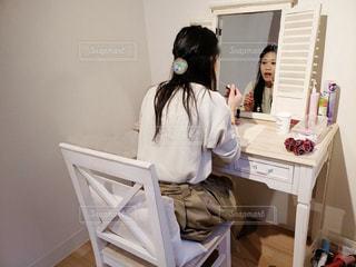 テーブルの上に座っている女性の写真・画像素材[1815332]
