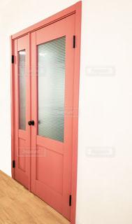 近くに赤いドアのアップの写真・画像素材[1816935]
