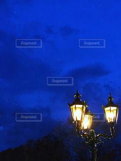 クロック タワーは夜ライトアップの写真・画像素材[1867022]