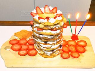 2 つのオレンジ ケーキとカッティング ボードの上に座っています。の写真・画像素材[1884444]