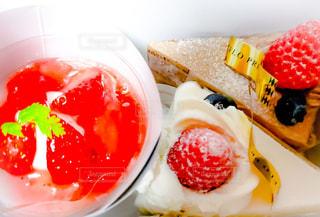 テーブルの上にフルーツとケーキの写真・画像素材[1884893]