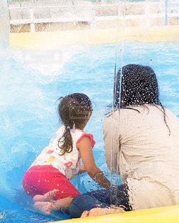 水のプールに座っている人の写真・画像素材[2119875]