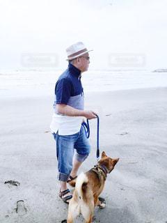 ひもでつながれる男と犬の写真・画像素材[2139236]