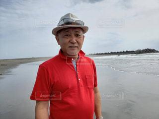 水域の隣に立っている男の写真・画像素材[2139248]