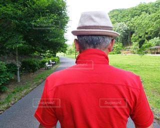 赤い帽子をかぶった男の写真・画像素材[2139683]