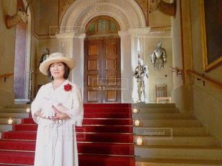 階段に立つ女性の写真・画像素材[2147378]