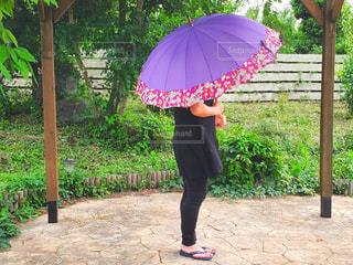 傘を持っている女性の写真・画像素材[2245279]