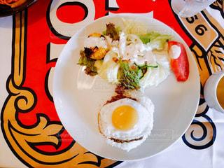 テーブルの上の食べ物の皿の写真・画像素材[2258613]
