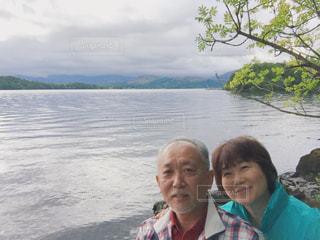 水の体の隣で微笑んでいる人の写真・画像素材[2268731]