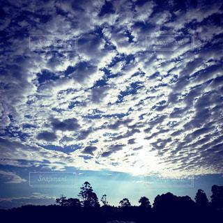 空を飛ぶ雲の群れの写真・画像素材[2278632]