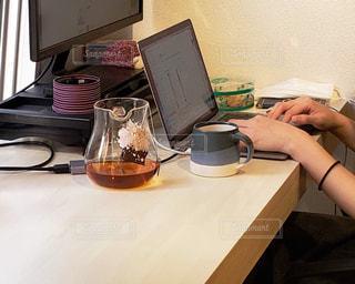 テーブルの上にノートパソコンが置かれている机の写真・画像素材[2310469]