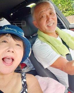 車の中に座っている男女の写真・画像素材[2353927]