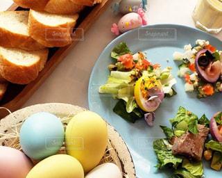 テーブルの上の食べ物の皿の写真・画像素材[2359486]
