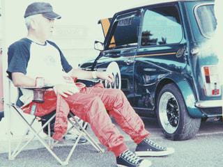 男性,帽子,車,レトロ,椅子,人物,人,座る,Tシャツ,写真,タイヤ,ミニ,mini,60代,フィルム,スニーカー,雰囲気,自然光,車両,フィルム写真,ホイール,つなぎ,フィルムフォト,レーシングスーツ