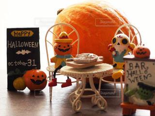 テーブルに座っている人形のグループの写真・画像素材[2499281]