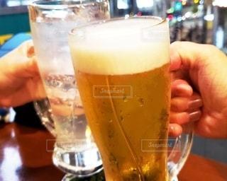 女性,飲み物,夜景,ガラス,テーブル,人物,人,グラス,ビール,乾杯,ドリンク,新橋,居酒屋,ジョッキ,手元,飲料,レモンサワー