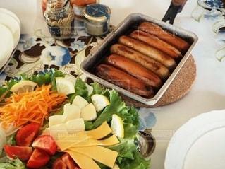 食べ物,テーブル,野菜,サラダ,料理,美味しい,ソーセージ,ジューシー,手巻き,手元,アンバサダー,ボリューミー,ジョンソンヴィル,ロールの皮