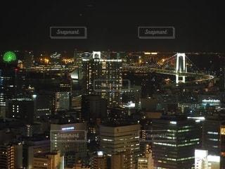 夜にライトアップされた都市の写真・画像素材[2716460]