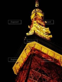 夜にライトアップされた時計塔の写真・画像素材[2716467]