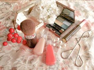 花,リビング,屋内,テーブル,美容,コスメ,リップグロス,花柄,化粧品,自宅,ブラシ,クロス,ファンデーション,アイシャドウ,リップクリーム,マスカラ,ビューラー,アイシャドー