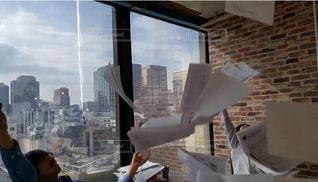 男性,2人,20代,空,建物,ビル,屋内,バンザイ,窓,ガラス,オフィス,人物,大きい,人,高層ビル,書類,たくさん,ペーパー,仕事,紙,舞う,複数人,投げる,データ,終わった,やめた