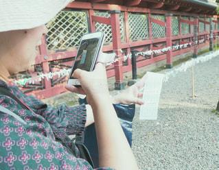 おみくじを撮る女性の写真・画像素材[2792447]