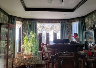 家具と大きな窓でいっぱいのリビングルームの写真・画像素材[2802270]