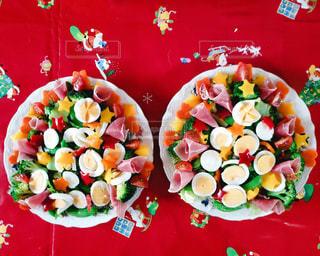 テーブルの上の食べ物の写真・画像素材[2832960]