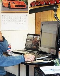 ラップトップコンピュータを持つ机に座っている人の写真・画像素材[3264610]