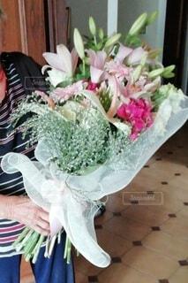 女性,花,花束,プレゼント,手持ち,人物,70代,おばあちゃん,ポートレート,ライフスタイル,ギフト,手元